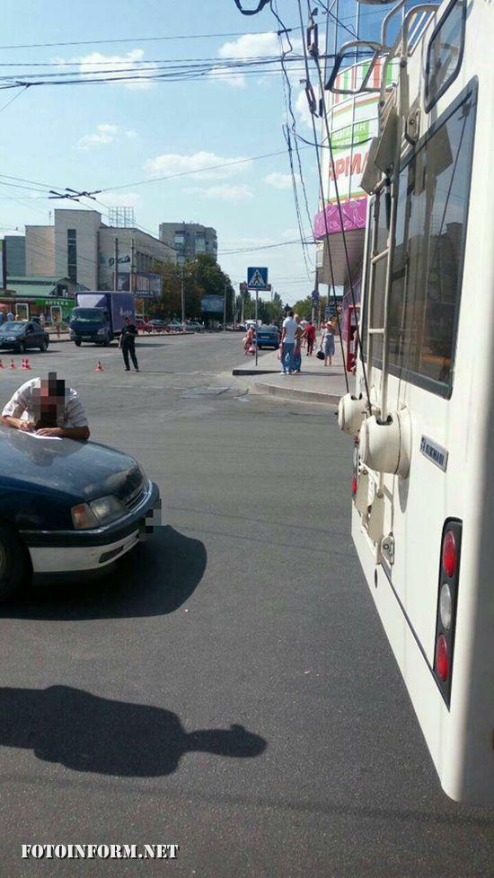 Сьогодні, 19 серпня, на перехресті вул. В. Перспективна та Преображенська сталася ДТП за участю троллейбуса та авто Опель Омега.