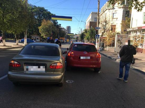 Сьогодні, 28 версня у Кропивницькому, по вул.В.Перспективна водій, керуючи авто Тайота, при зміні напрямку руху не впевнився в безпечності та скоїв зіткнення з авто Део Ланос, який рухався в попутньому напрямку.