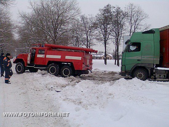Кіровоградщина: водії транспортних засобів шукають допомогу у рятувальників (ФОТО)