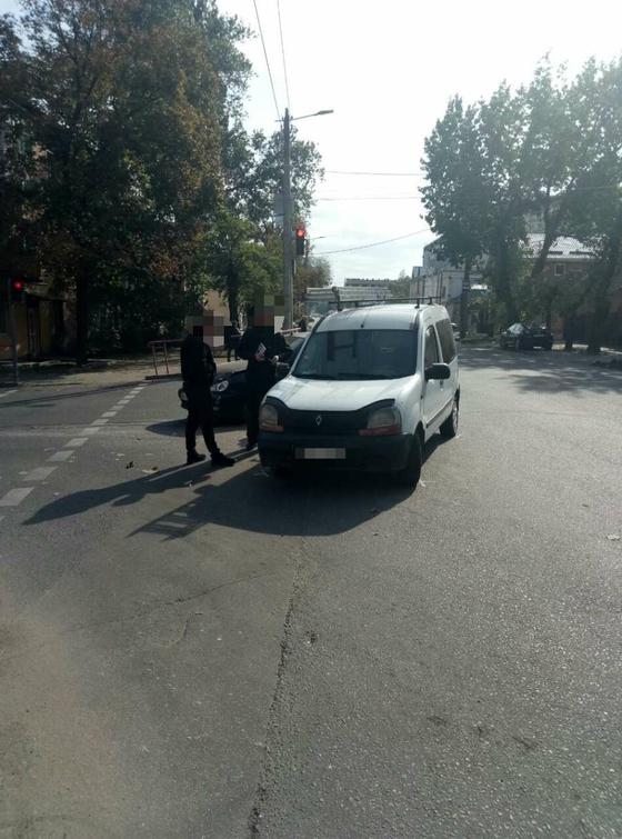 Сьогодні, 3 жовтня, у Кропивницькому на вулиці Верхня Пермська водій Рено Кенго виїжджав з прилеглої території не впевнився в безпечності свого маневру та здійснив зіткнення з автомобілем Део Ланос, який рухався по головній дорозі в сторону Спортивної школи.