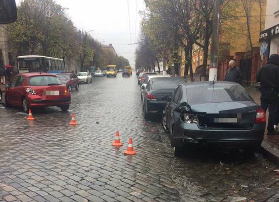Сьогодні, 28 жовтня, в центрі Кропивницького на вулиці Великій Перспективній водійка авто Пежо, здійснюючи рух від вулиці Шевченка до вулиці Гагаріна, не врахувала швидкість руху та здійснила наїзд на припаркований авто Нісан.