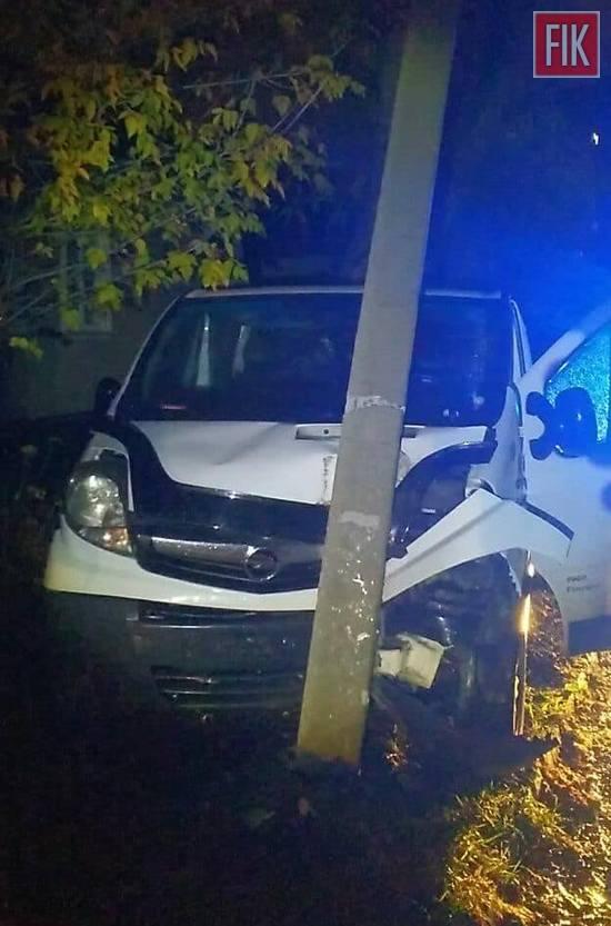 Вчора на вулиці Куроп`ятникова водій 79 р.н. керуючи авто Opel Vivaro, не врахував дорожньої обстановки, не вибрав безпечної швидкості руху, не впорався з керуванням та скоїв наїзд на електроопору.