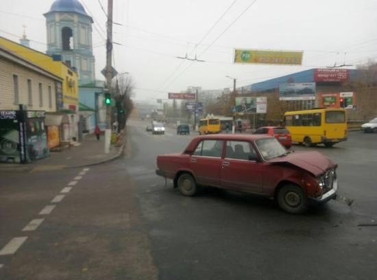 Сьогодні, 13 листопада, водій TOYOTA Prado здійснював рух в сторону Кр. Ринку, не надав перевагу в русі авто ВАЗ 2107, водій якого рухався зі сторони вулиці Пушкіна в сторону вулиці Верхньої Пермської та здійснив з ним зіткненя.