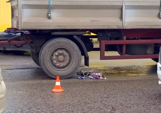 У Кропивницькому біля Критого ринку вантажівка переїхала жінку (ФОТО)