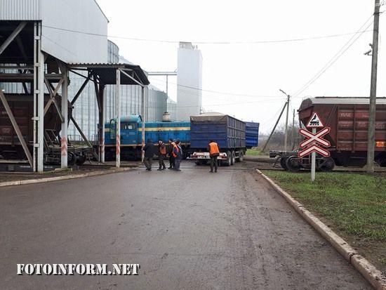 У Кропивницькому вантажівка зіткнулася з поїздом (ФОТО)