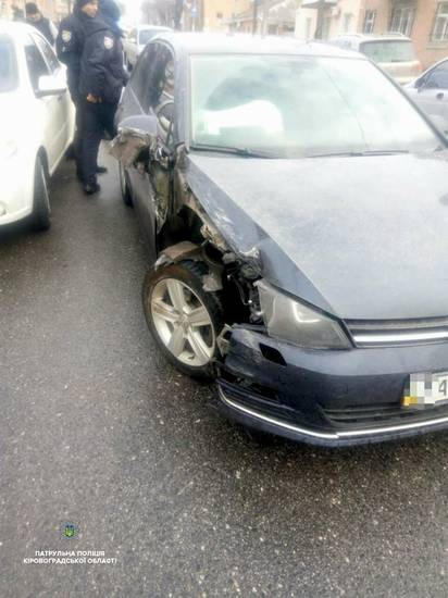 Вчора, 12 березня, близько 16-ї години, на вулиці Шевченка, водійка авто Volkswagen не врахувала дорожньої обстановки, не дотрималася безпечного інтервалу та скоїла наїзд на припаркований автомобіль ВАЗ-2106.