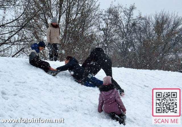 Сьогодні, 30 січня, деякі містяни тішилися сніговою погодою, багато дітей каталися на санчатах
