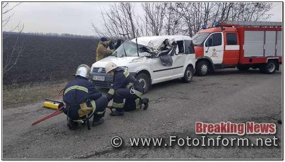 На Кіровоградщині із понівеченого легковика деблокували постраждалого водія (ФОТО)