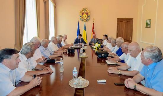 Голова облдержадміністрації Сергій Кузьменко привітав колишніх керівників держустанов області – членів Ради старійшин із прийдешнім професійним святом та із 100-річчя запровадження держслужби в Україні.