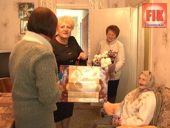 Сегодня, 22 сентября, представители городской власти поздравили Ефросинию Тихоновну Горбатенко со 101-й годовщиной со дня рождения.