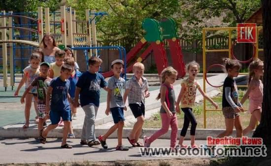 Пожежники Одеської магістралі провели практичні заняття по евакуації дітей у оздоровчому таборі