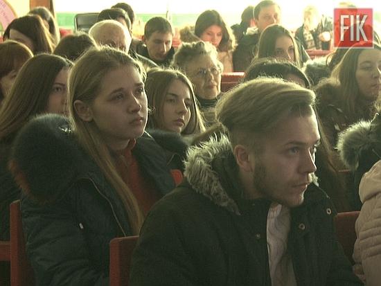 Фронтмен гурту «Антитіла» Тарас Тополя у Кропивницькому провів творчу зустріч зі студентами та шанувальниками, а також поспілкувався із журналістами місцевих ЗМІ.