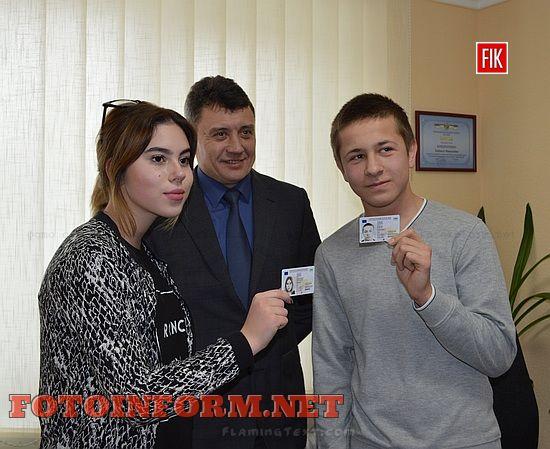 Двоє кіровоградців отримали перші нові пластикові паспорти (ФОТО)