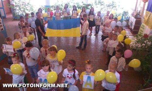 Дівчатка вплели у коси жовто-блакитні стрічки та квіти.