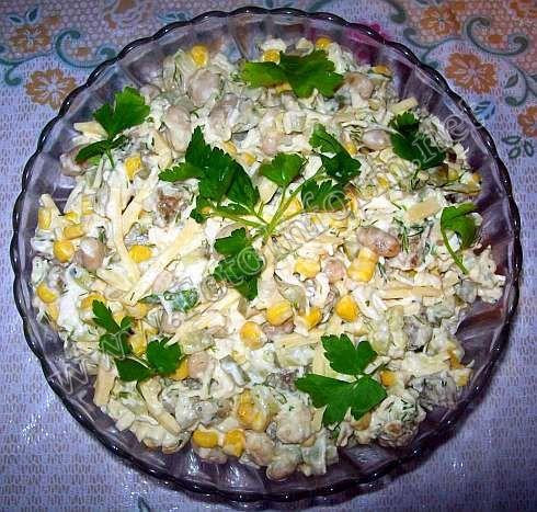 Салат с курицей, фасолью и сыром (фото)