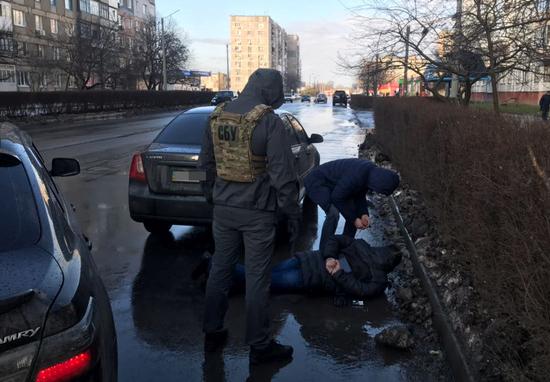 Співробітники Служби безпеки України спільно із прокуратурою та підрозділом внутрішньої безпеки Національної поліції викрили працівників керівної ланки поліції одного з міських відділів поліції Кіровоградської області на «кришуванні» збуту наркотиків.