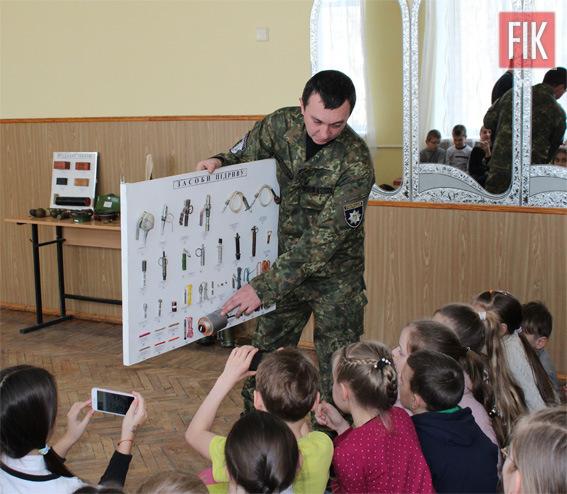 Цікаву та пізнавальну зустріч працівники вибухотехнічного відділу Нацполіції області організували для учнів «Навчально-виховного об'єднання ліцею-школи-дошкільного навчального закладу «Вікторія-П», що у Кропивницькому.