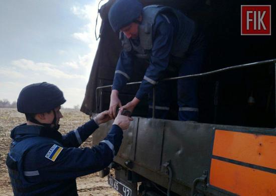 До Служби порятунку «101» надійшло повідомлення про те, що на околиці села Верблюжка Новгородківського району знайдено предмети, схожі на застарілі боєприпаси.