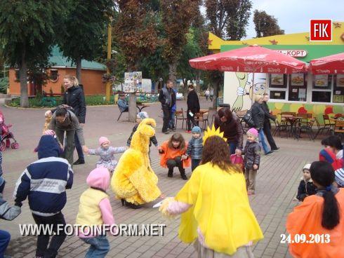 """Юніорбанк і організація дитячого розвитку """"Сонечко"""" подарували юним кіровоградцям спеціальну розважальну програму та провели сонячне свято """"День міста"""" у дендропарку."""