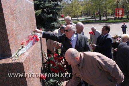 22 апреля в день рождения Владимира Ленина в Ковалевском парке собрались для возложения цветов к памятнику вождю мирового пролетариата коммунисты, сторонники партии.
