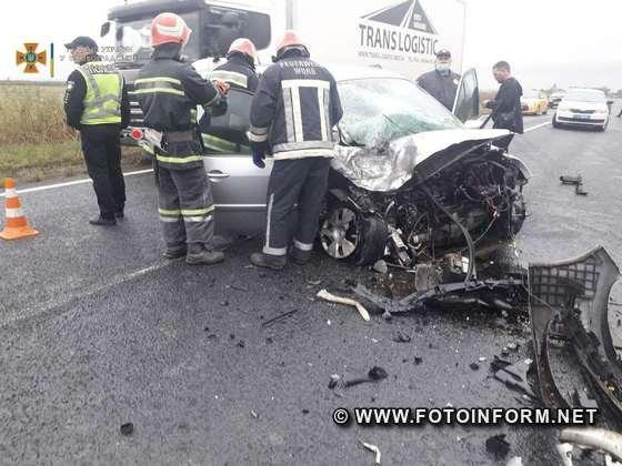 18 вересня о 08:49 до Служби порятунку «101» надійшло повідомлення про те, що поблизу с. Новоандріївка Новгородківської СТГ Кропивницького району сталась ДТП: зіштовхнулись вантажний автомобіль «DAF» та легковий автомобіль «Renault».