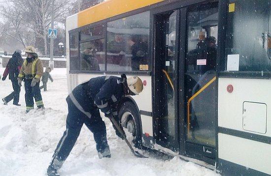 10 січня о 09:18 та о 10:23 до Служби порятунку «101» надійшли повідомлення від водіїв маршрутних автобусів про те, що необхідна допомога по вилученню двох автобусів «MAN» із снігових заметів, у які вони потрапили по вул. Братській та Садовій у м. Олександрія.
