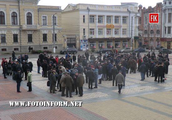Сьогодні, 5 грудня, у Кропивницькому на площі Героїв Майдану відбувся мітинг який провели представники ветеранських і громадських організацій Кіровоградської області, пенсіонери ОВС міста та області в рамках Всеукраїнської акції