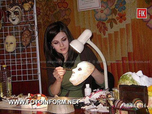жители нашего города встретились с создателем сказочных, венецианских масок , художницей-дизайнером Ольгой Цюпкой.