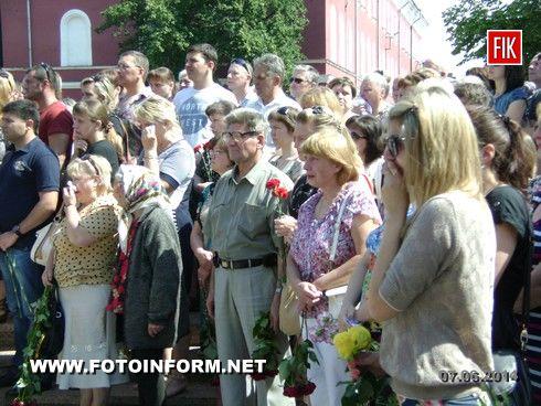 Сегодня, 7 июня, на площади возле театра имени М.Кропивницкого кировоградцы попрощались с военнослужащим 3-го полка специального назначения Вооруженных Сил Украины Юрием Власенко.