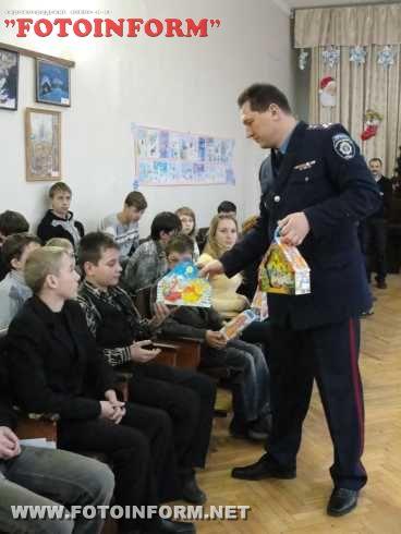 Кіровоградські міліціонери у переддень новорічних свят відвідали своїх підшефних - учнів школи-інтернату (ФОТО)