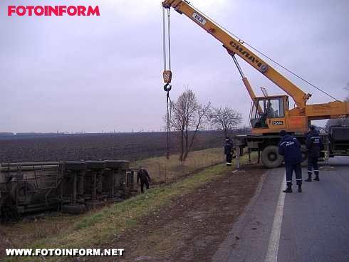 На Кіровоградщині перекинулась автоцистерна (фото)