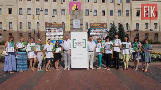 З метою правопросвітництва жителів міста Кропивницький, 4 серпня 2017 року, фахівці системи безоплатної вторинної правової допомоги Кіровоградщини провели інформаційний флешмоб з соціально-правових питань.