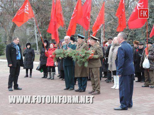 Сегодня кировоградцы собрались на мемориальном кладбище, чтобы провести мероприятие по поводу празднования 23 февраля, который раньше отмечался как День Советской армии.