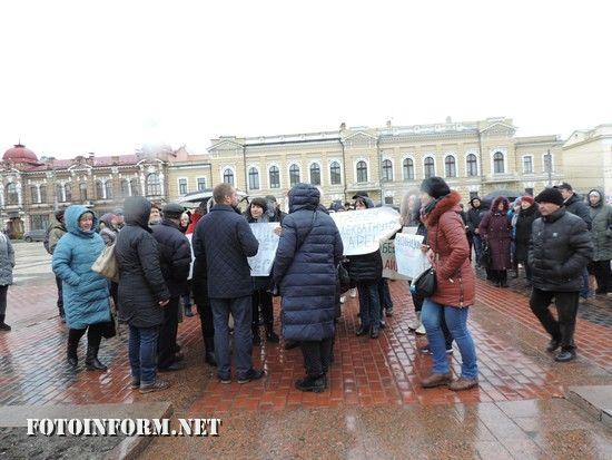 Сьогодні, 2 листопада, у Кропивницькому відбулася акція протесту біля приміщення Кіровоградської ОДА, яку провели орендарі торгівельних точок ринку «Європейський»