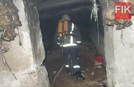 """8 січня о 00:30 до Служби порятунку """"101"""" надійшло повідомлення про пожежу в підвалі дев'ятиповерхового житлового будинку в м. Світловодськ."""