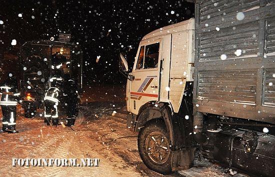 6 січня рятувальники Кіровоградської області продовжують надавати допомогу водіям автотранспорту, які опинилися на ускладнених ділянках дороги.