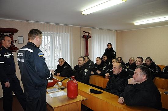 18 листопада на території навчального пункту Управління ДСНС в області у м. Кропивницькому рятувальники навчали правилам безпечної життєдіяльності працівників поліції охорони та поліцейських нарядів груп затримання обласного центру.