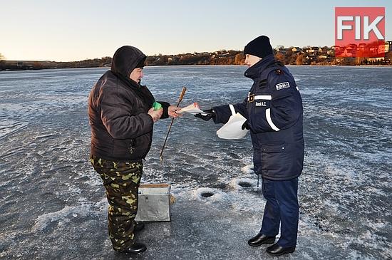 27 грудня у м. Кропивницькому фахівці Служби порятунку в черговий раз провели зимовий рейд для попередження громадян про небезпеку виходу на нестійку кригу.