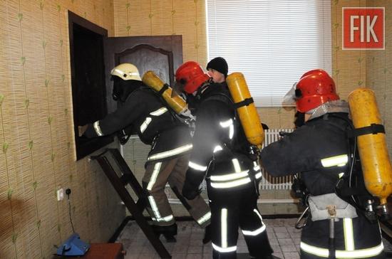 Під час гасіння пожеж рятувальникам доводиться працювати в умовах високих температур, у задимленому середовищі квартир, житлових будинків, промислових та підвальних приміщень.