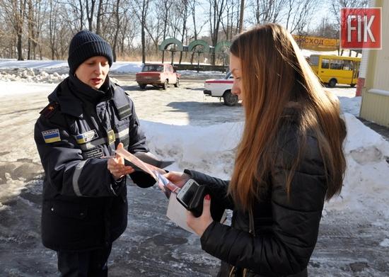 У Кіровоградській області працівники пожежно-рятувальної служби продовжують проводити роз'яснювальну роботу у житловому секторі, де використовується індивідуальне пічне, парове або газове опалення, з метою попередження виникнення пожеж та загибелі людей на них.