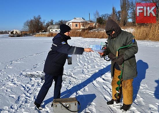 Щойно стовпчик термометра показує мінусову температуру та водойми вкриваються першою тонкою кригою, любителі зимової риболовлі та відчайдухи, які полюбляють прогулянки по кризі, починають активізовуватись