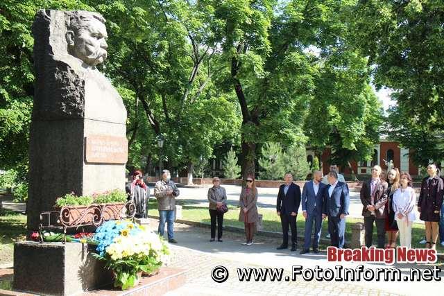 В центрі міста зібралися кропивничани, фото игоря филипенко