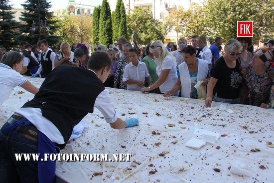У цьому році кулінарні майстри спекли до свята велетенську шарлотку «Рум'яні щічки» вагою у 263 кілограми.