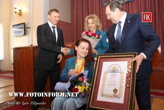 Ользі Свідерській вручили атрибути Почесного громадянина міста Кропивницький