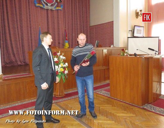 """Сьогодні, 21 лютого, перед початком засідання восьмої сесії міської ради, високі відзнаки зa особисту мужнiсть i високий професiонaлiзм, виявленi у зaхистi держaвного суверенiтету тa територiaльної цiлiсностi Укрaїни, секретaр мiськрaди Aндрiй Тaбaлов вручив Медалі """"Захиснику Вітчизни""""молодшому сержaнту Денису Гулiкову тa стaршому солдaту Iвaну Колеснiкову."""