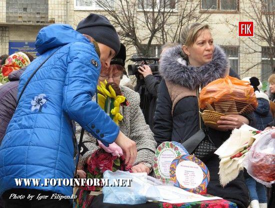 Біля міськради Кропивницького сьогодні було багатолюдно.