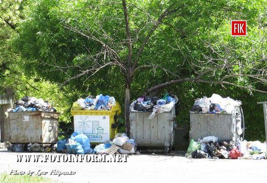 У м-н «Шкільний» за декілька днів зібралося багато сміття, яке не вміщається в сміттєві контейнери. Мешканці багатоповерхівок кидають сміття прямо біля заповненних баків.