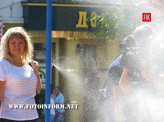 У Кропивницькому в центрі міста городяни насолоджувалися прохолодною водою