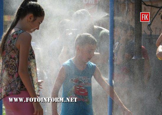 Сьогодні, 16 серпня, у Кропивницькому встановили дві рамки — розпилювачі води.