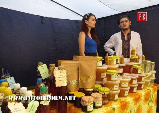 Сьогодні, 18 серпня, у Кропивницькому біля міськради було дуже багато меду від різних виробників.